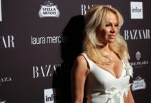 Photo of Pamela Anderson pide a Trump que indulte a Assange